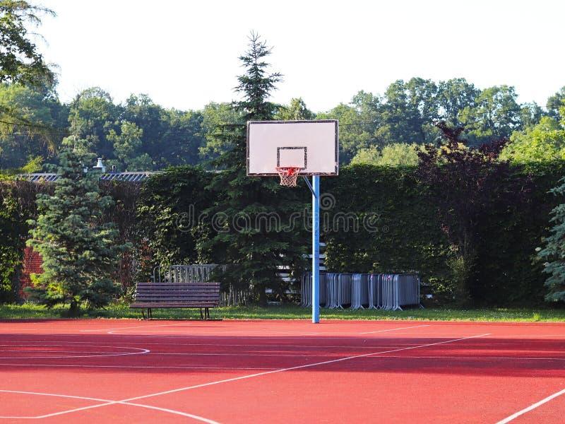 Terrain de basket moderne dans la cour de l'école primaire Terrain de jeu multifonctionnel du ` s d'enfants avec artificiel apprê photo libre de droits