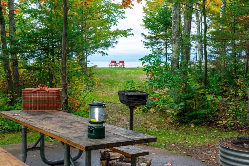 Terrain de camping de bord du lac le long du lac Supérieur images libres de droits