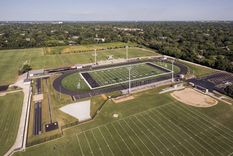 Terrain de football aérien de lycée photographie stock