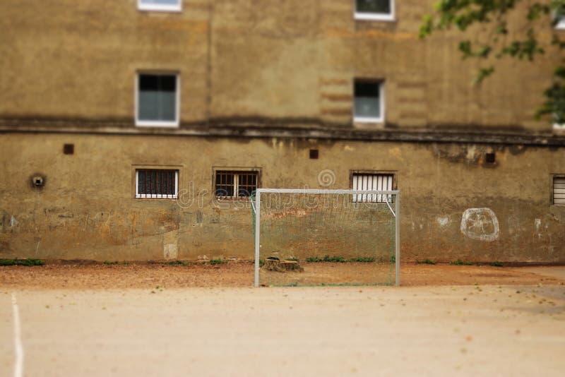 terrain de football abandonné avec une façade hous dans le dos photos stock