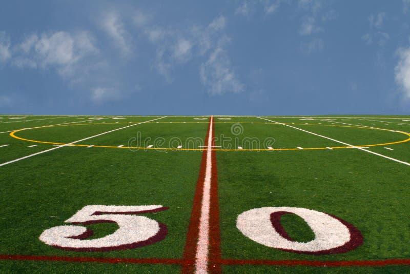 Terrain de football au bord de la terre images libres de droits