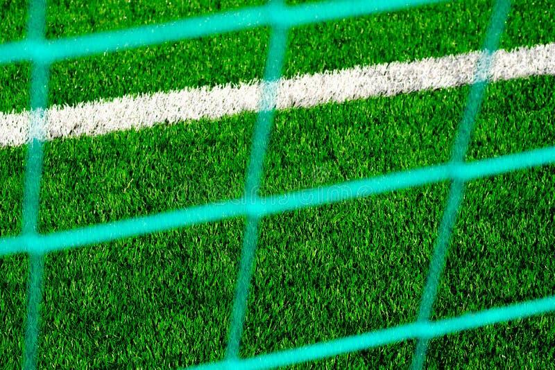 Terrain de football avec le gazon artificiel dans le stade photos stock
