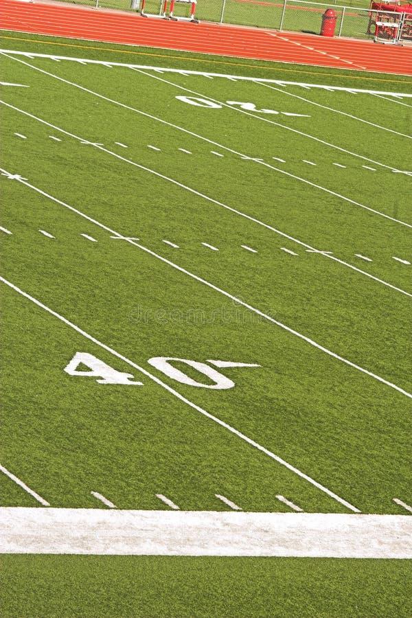 Terrain de football des gradins au soleil photo stock