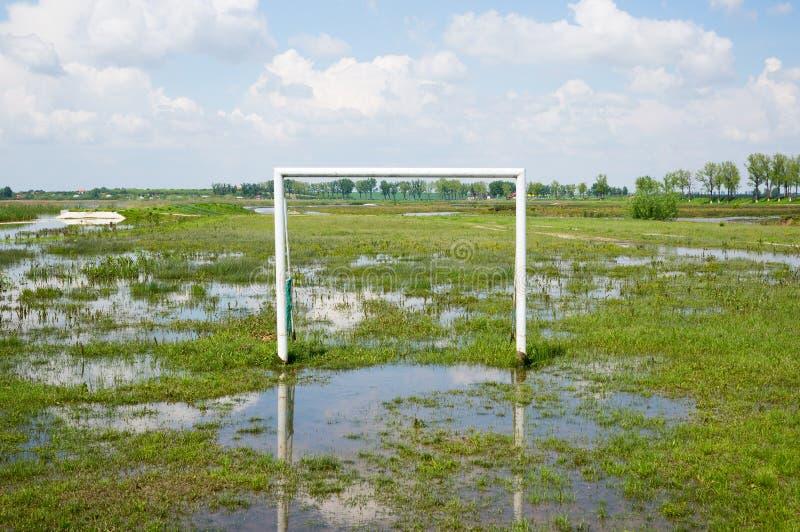 Terrain de football inondé image libre de droits