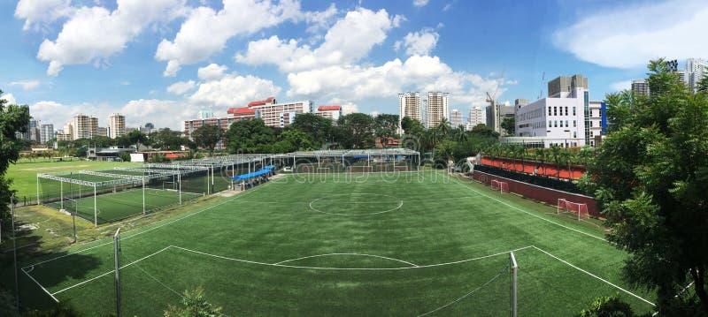 Terrain de football nuageux Singapour du football images stock