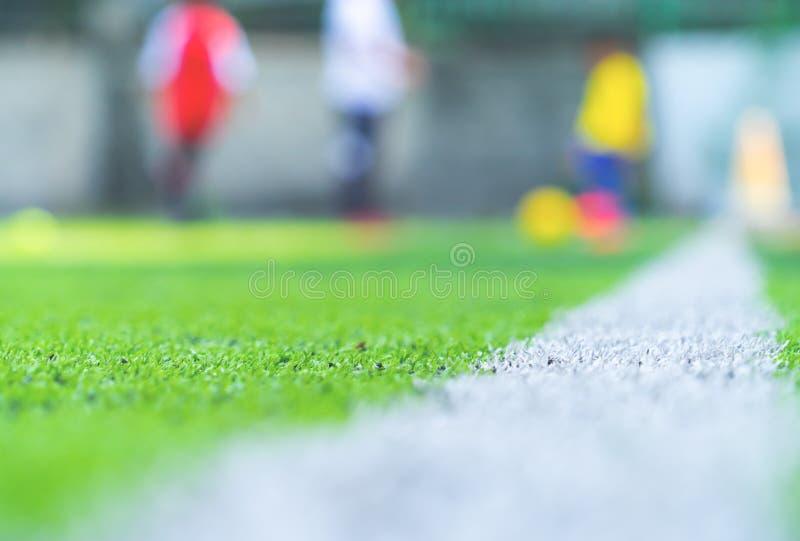 Terrain de football pour la formation d'enfants brouillée pour le fond photographie stock libre de droits