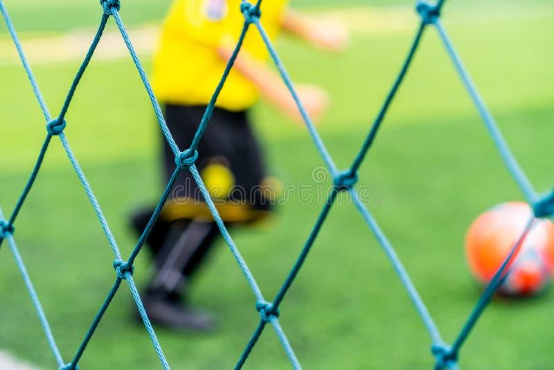 Terrain de football pour la formation d'enfants brouillée pour le fond photo stock