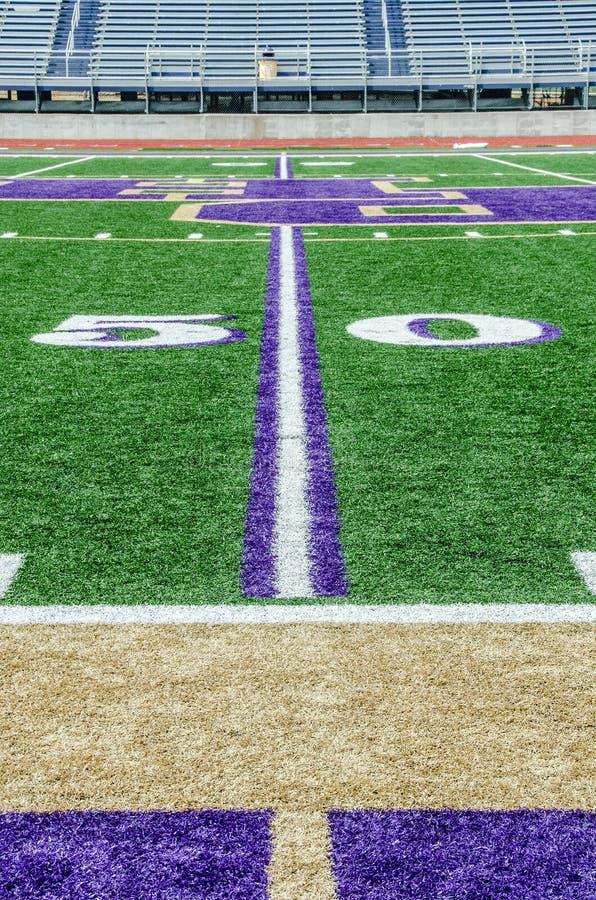 Terrain de football sur la ligne du yard 50 photo stock