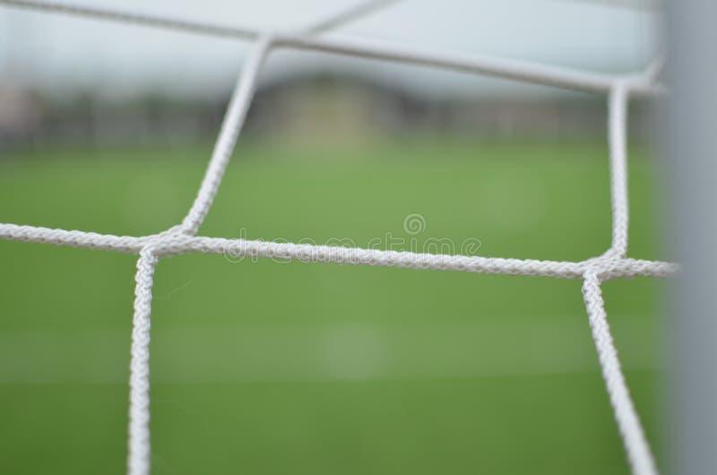Terrain de football vert se concentrant sur une grille photo libre de droits