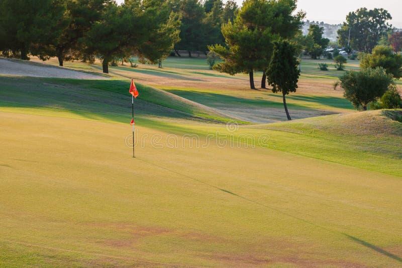 Terrain de golf au coucher du soleil, club de golf vide image libre de droits