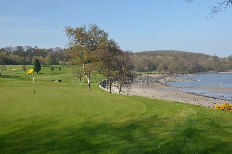 Terrain de golf côtier image stock