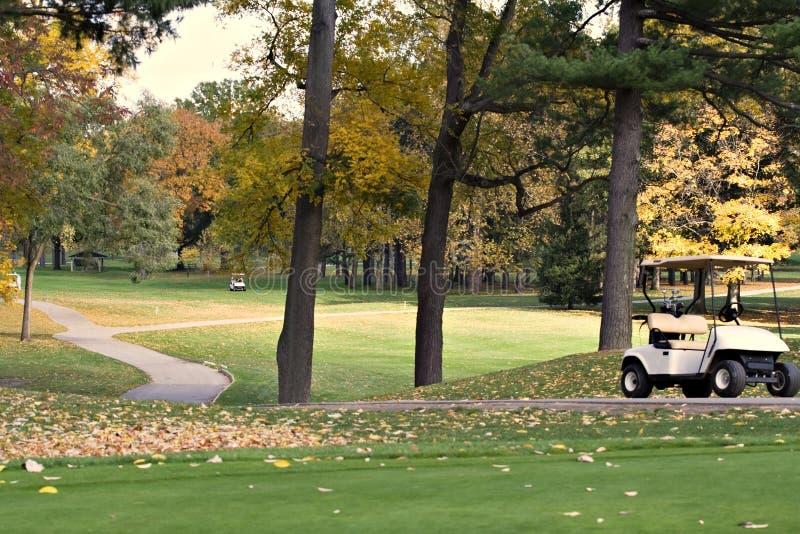 Terrain de golf d'automne images stock