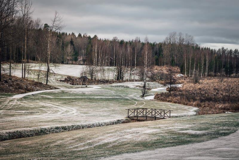 Terrain de golf dans la terre d'hiver photographie stock