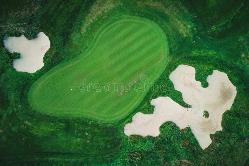 Terrain de golf dans la vue aérienne de bourdon de lieu de villégiature luxueux photo stock