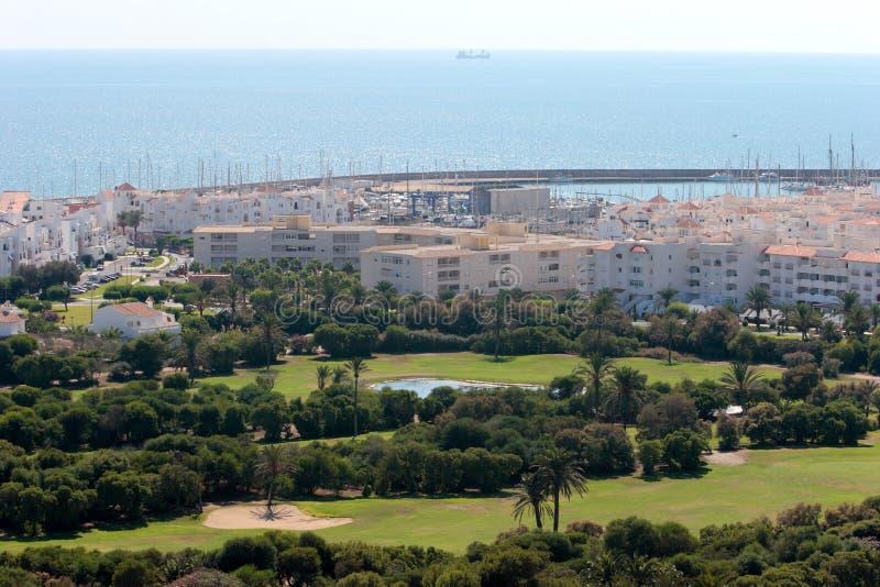 Terrain de golf et port d'Almerimar en Espagne photographie stock