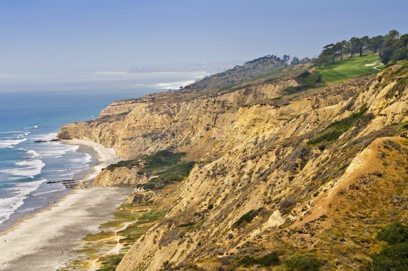 Terrain de golf sur des falaises d'océan, la Californie image libre de droits