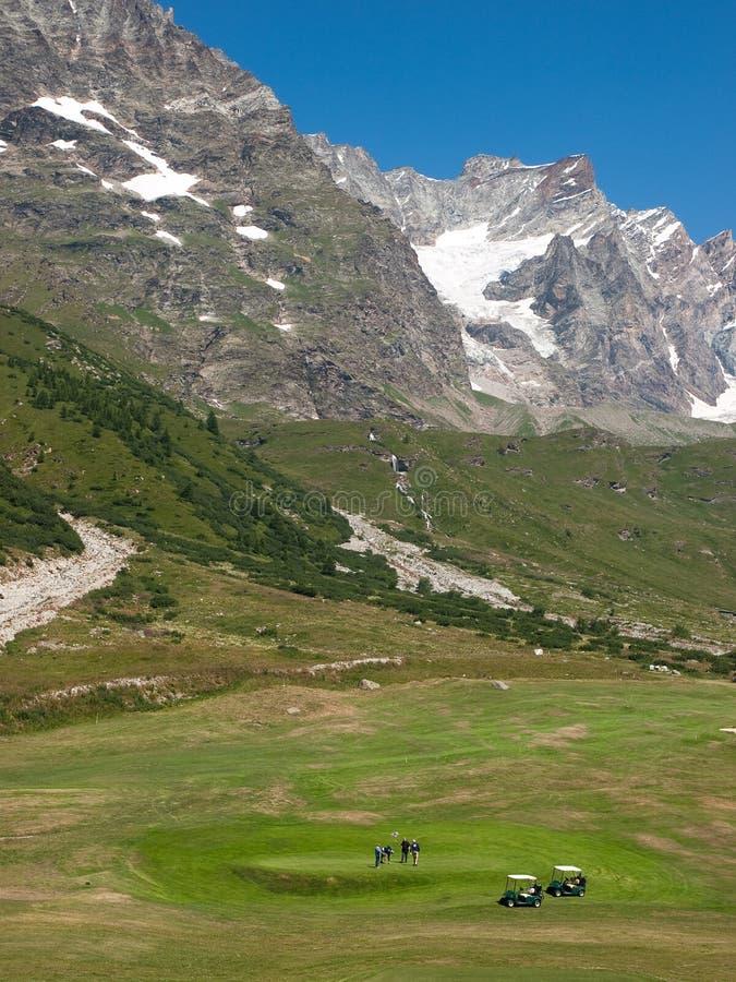 Terrain de golf sur des montagnes images stock