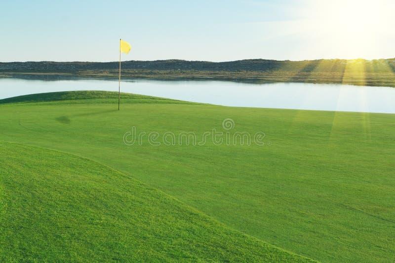 Terrain de golf vert de clairière. photo stock