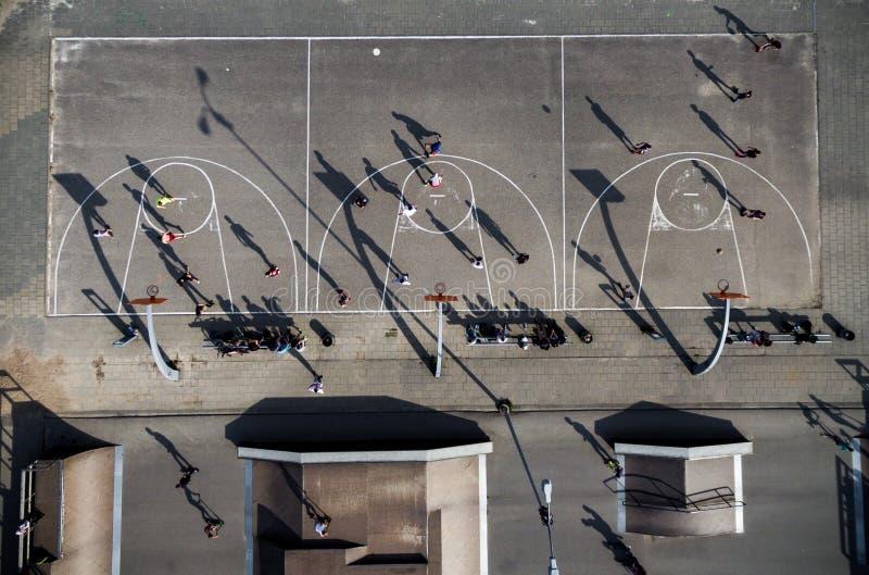 Terrain de jeu de basket-ball à Vilnius, Lithuanie Ombres de joueurs sur la cour images stock