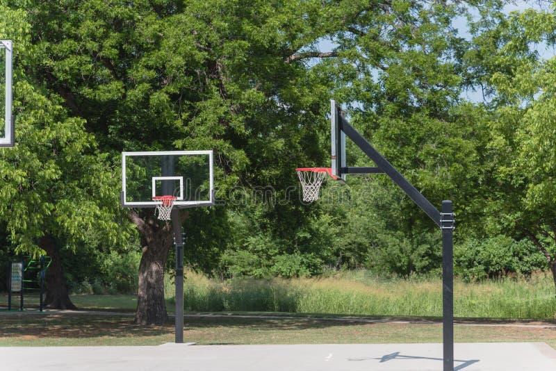 Terrain de jeu de basket-ball en parc vert de ville images libres de droits