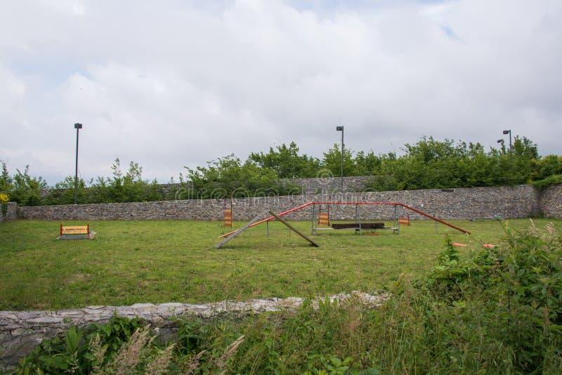 Terrain de jeu de Begato de forte petit pour de petits enfants avec le paysage vert photo libre de droits
