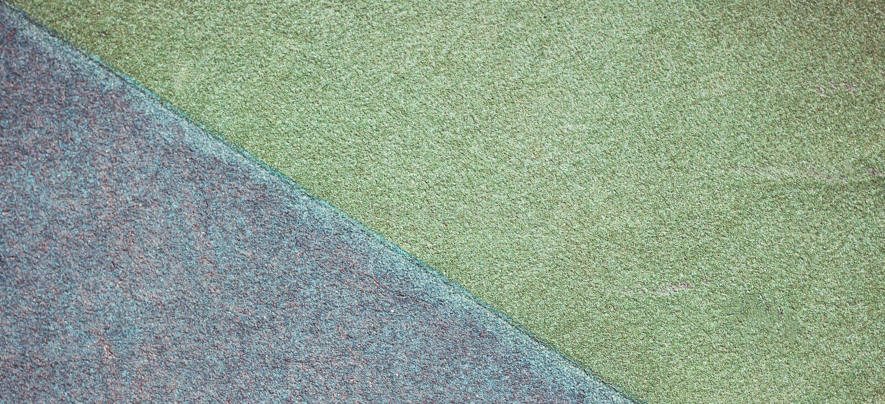 Terrain de jeu bleu et vert ou fond en caoutchouc de grunge de couverture de miette d'au sol de sports photos stock