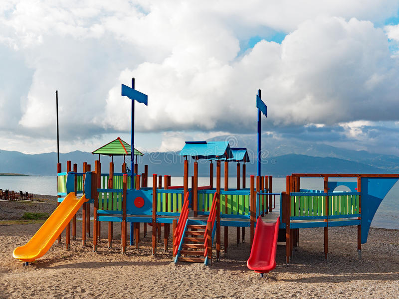 Terrain de jeu coloré du ` s d'enfants images libres de droits