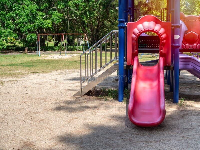 Terrain de jeu coloré en parc public image stock