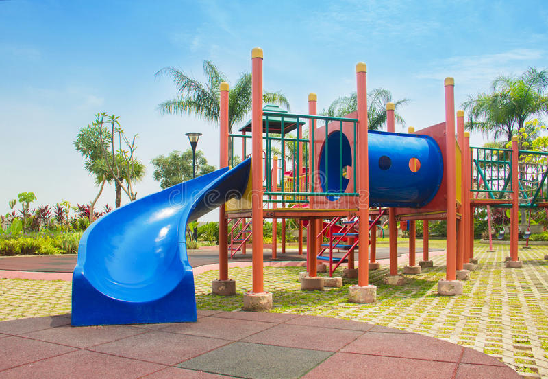 terrain de jeu coloré sans enfants photo stock