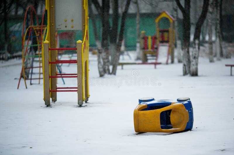 Terrain de jeu couvert de neige image libre de droits