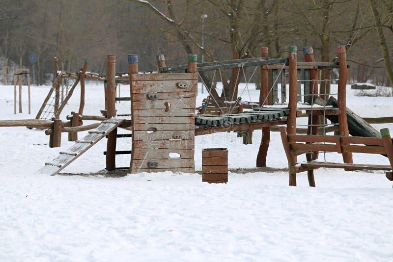 Terrain de jeu d'enfant en hiver Forest Park naturel photo stock
