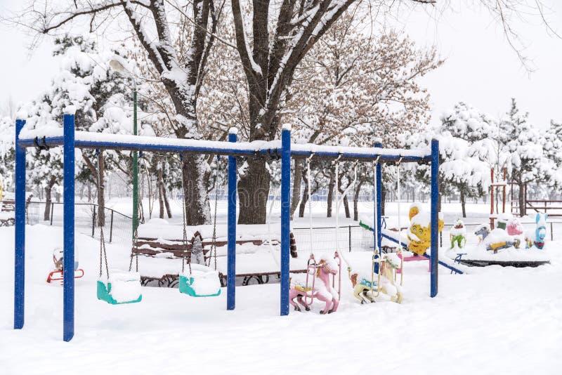 Terrain de jeu d'enfants dans la neige d'hiver photo libre de droits