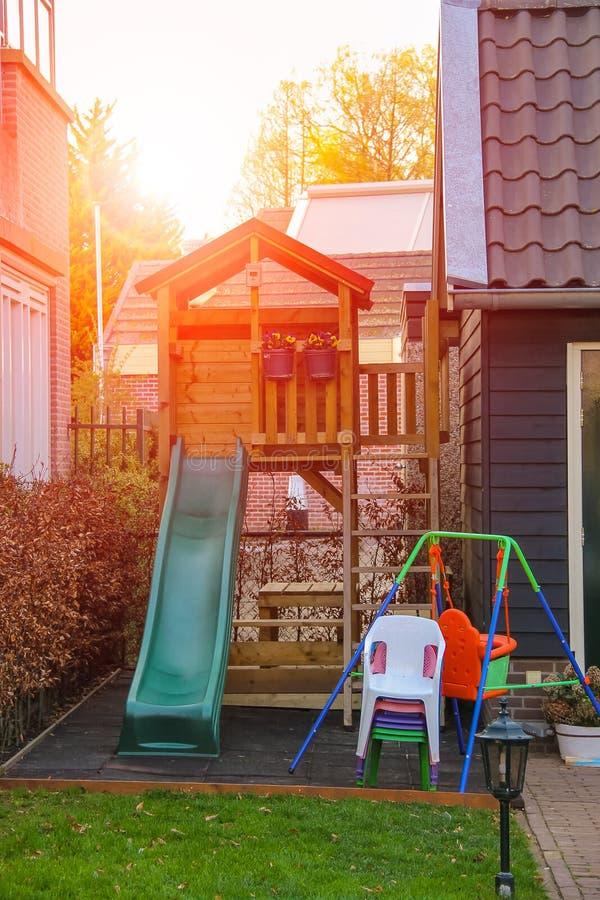 Terrain de jeu devant une maison néerlandaise photo libre de droits