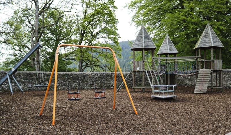 Terrain de jeu du ` s d'enfants avec des oscillations image libre de droits