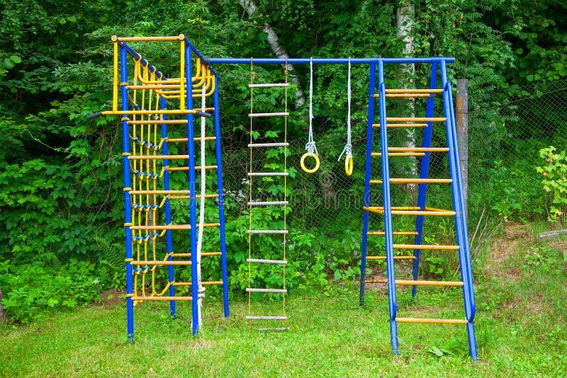Terrain de jeu du ` s d'enfants dans la nature, dehors images stock