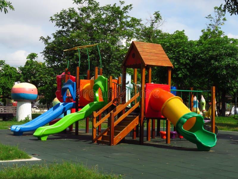 Terrain de jeu du ` s d'enfants dans le jardin - public photos libres de droits