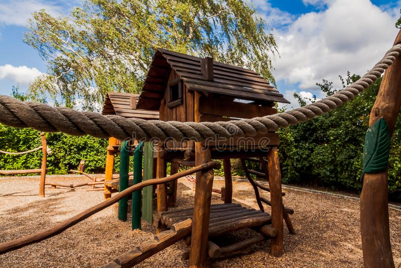 Terrain de jeu en bois gentil images stock