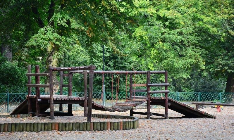 Terrain de jeu en bois polonais en parc images libres de droits