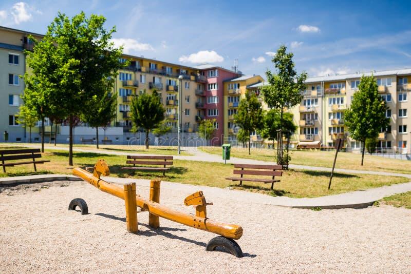 Terrain de jeu en nature devant la rangée de l'immeuble nouvellement établi photographie stock libre de droits