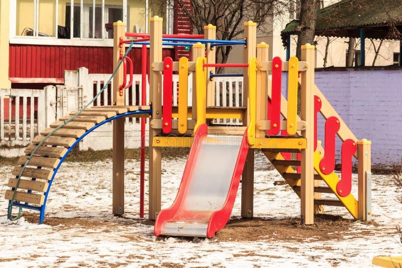 Terrain de jeu extérieur en bois d'enfants en hiver photos stock
