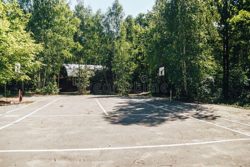 Terrain de jeu inoccup? de basket-ball en parc de ville photos libres de droits
