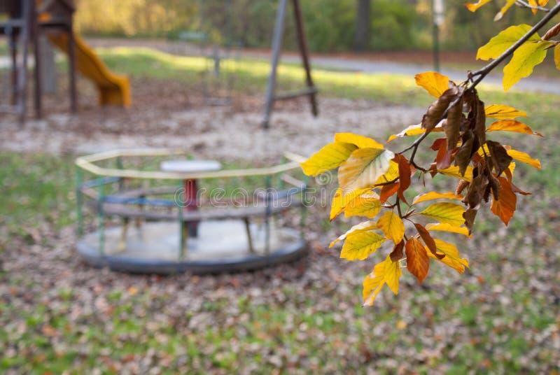 Terrain de jeu perdu en automne photographie stock libre de droits