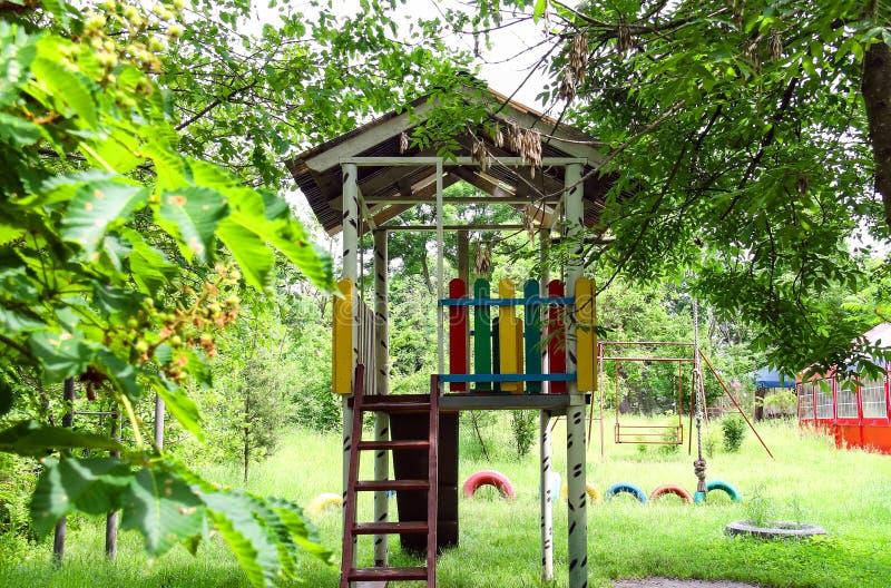 Terrain de jeu pour des enfants dans l'hôtel de pays photo libre de droits