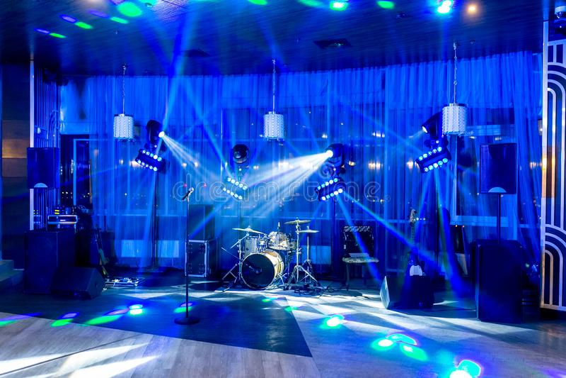 Terrain de jeu pour des musiciens dans le restaurant au banquet Instruments de musique sans personnes dans le projecteur photos stock