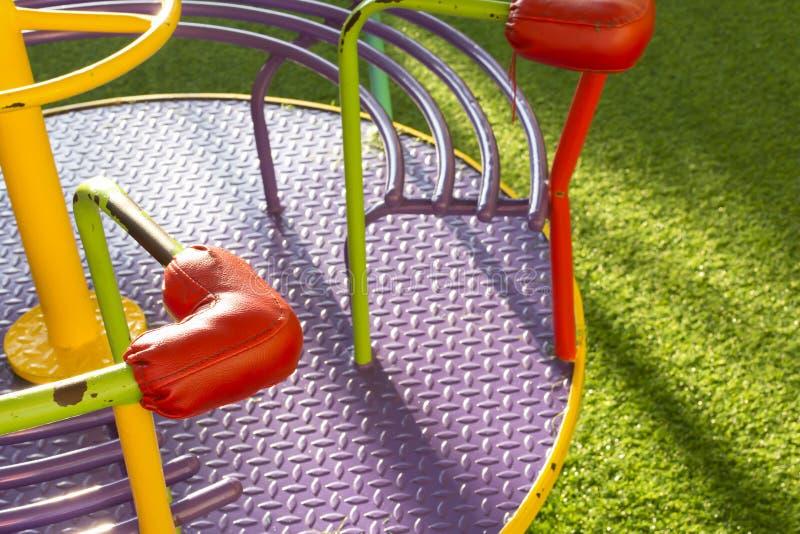 Terrain de jeu rotatoire d'oscillation sur l'herbe verte images libres de droits