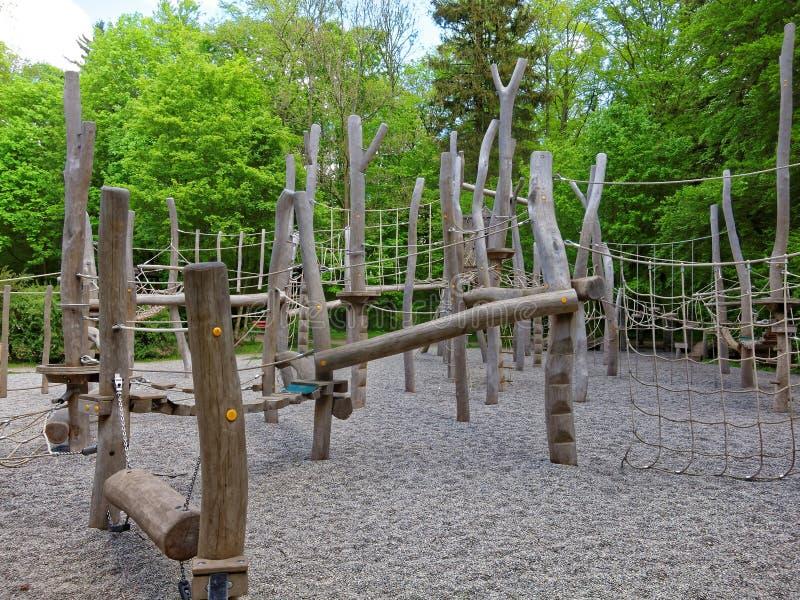 Terrain de jeu s'élevant extérieur de parc photos libres de droits