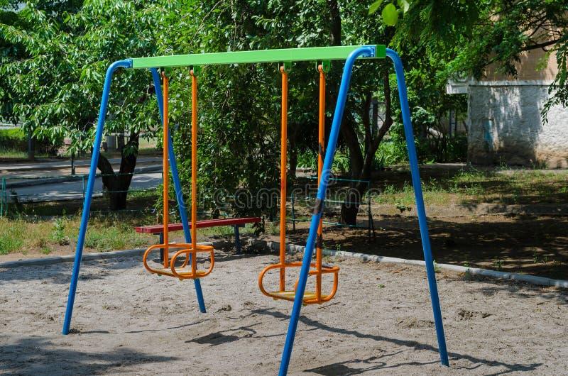 Terrain de jeu sur lequel les enfants trouveront un balancier lumineux Beaucoup de couleurs lumineuses font son joyeux et attraya photographie stock