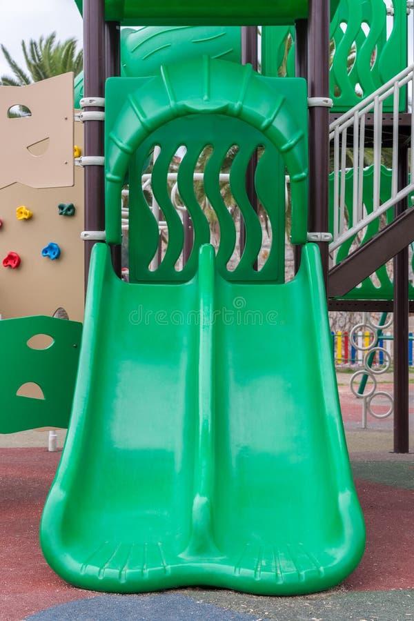 Terrain de jeu vert pour des enfants dehors photographie stock
