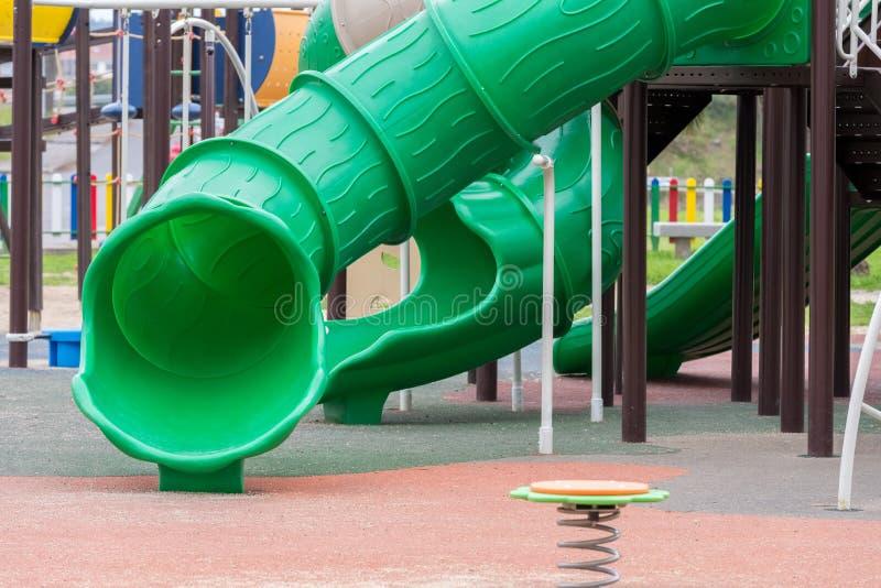 Terrain de jeu vert pour des enfants dehors photos libres de droits