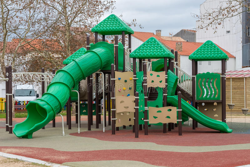 Terrain de jeu vert pour des enfants dehors photographie stock libre de droits
